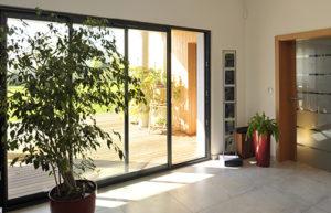Porte-fenêtre coulissante tout à la fois belle, pratique, sécurisante, confortable…